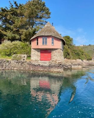The Salmon Hut at Jenkins Quay, once used by local fishermen as a shelter and for the storage of nets and other equipment. Now a staple landmark of Bantham! 💫  #Bantham #BanthamDevon #Devon #SouthDevonAonb #SouthWest #Love #History #Discover